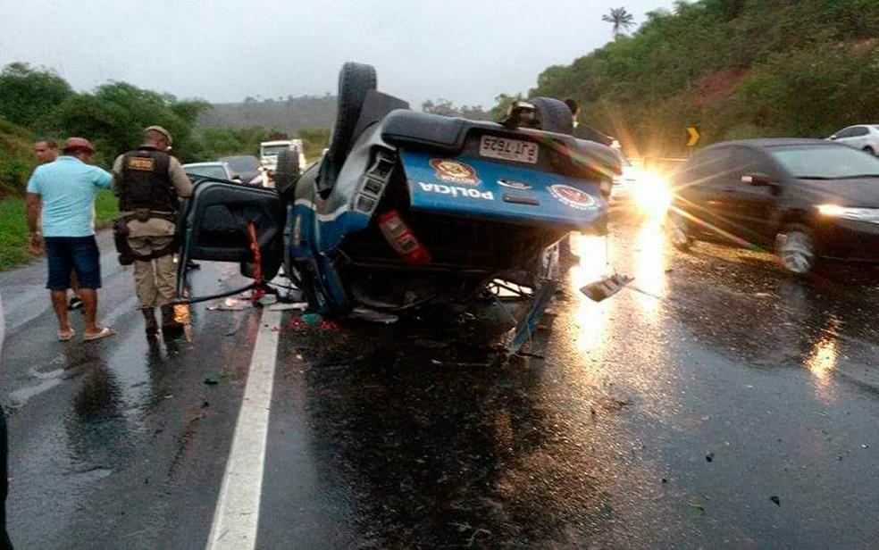 Viatura capota e cinco policiais militares ficam feridos na Bahia (Foto: Fábio Santos/Site Voz da Bahia)