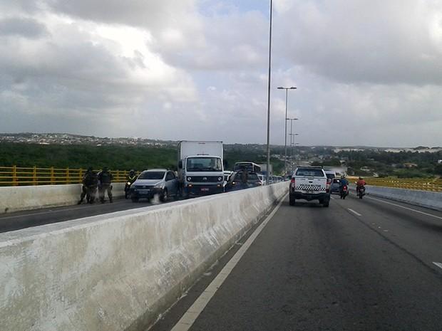 Acidente envolveu dois carros e um caminhão (Foto: Diego Emereciano)