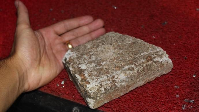 Pedra utilizada por torcedores do Goiás para atacar van que prestava apoio ao Fla (Foto: Reprodução/TV Anhanguera)