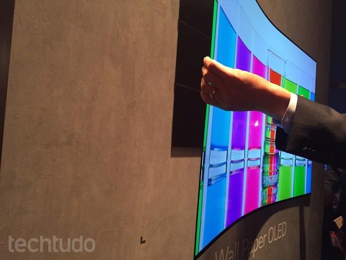 Tela papel de parede é destaque da LG na IFA 2015 (Foto: Laura Martins/TechTudo)