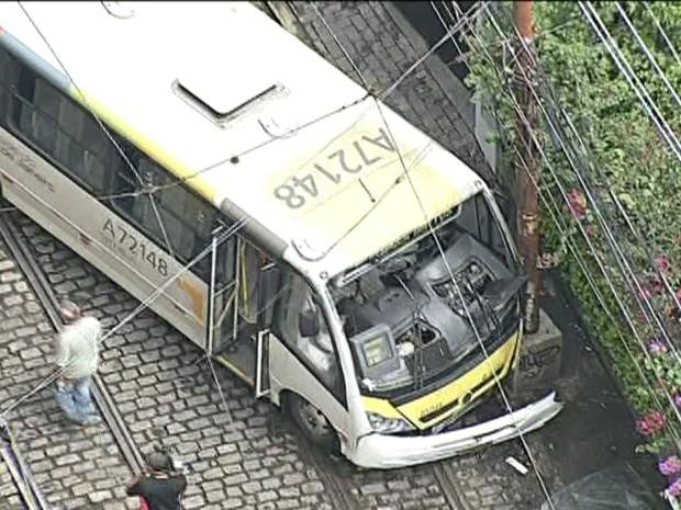 Ônibus bate e deixa pelo menos 16 pessoas feridas em Santa Teresa (Foto: Reprodução / TV Globo)