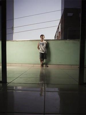 Kauã Soares Oliveira no espaço mais arejado de sua casa, em São Paulo (Foto: Caio Kenji/G1)