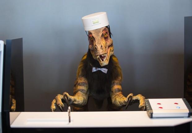 Um dinossauro-robô recepciona os hóspedes no Henn-na Hotel (Foto: Reprodução/Twitter)