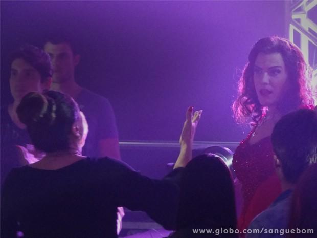 Damáris discute com Mulher Pau de Jacú em boate gay (Foto: Sangue Bom/ TV Globo)