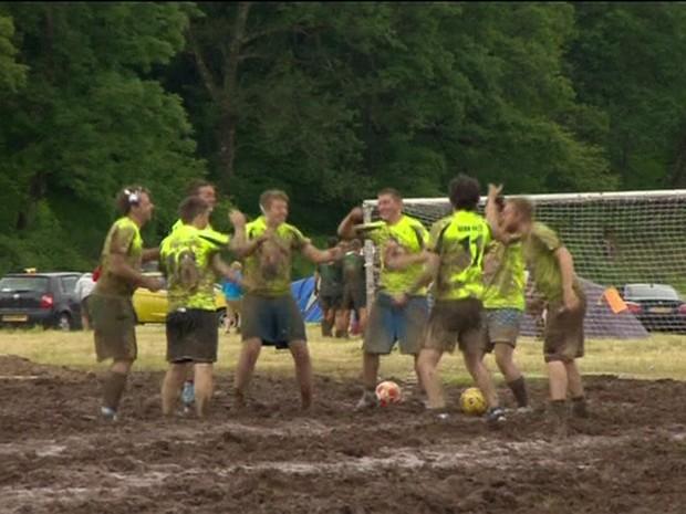 Jogadores ficam todos enlameados (Foto: BBC/Reprodução)