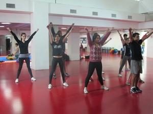 Alunos participam de aula de dança e exercícios em prédio da UFABC (Foto: Rafael Sampaio/G1)