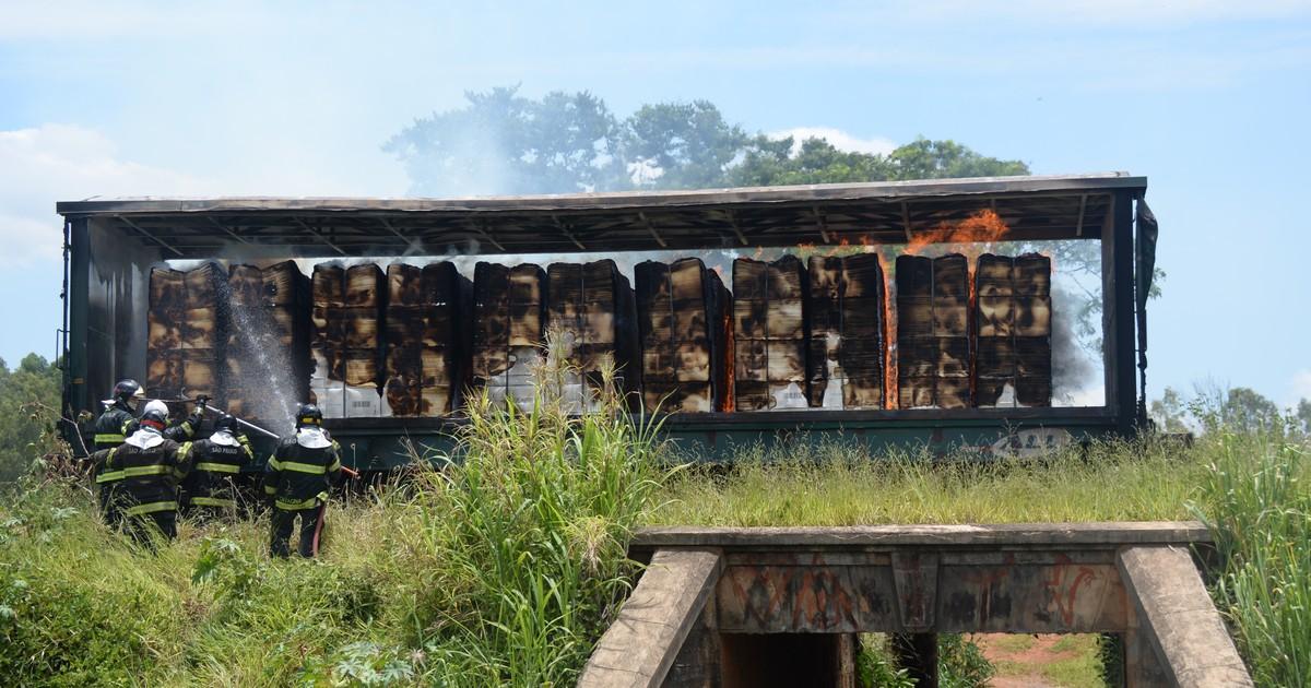 Vagão carregado com 60 toneladas de celulose pega fogo em Iperó - Globo.com