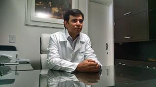 Dr. Guilherme Moreira Araújo, médico de Celso Santabanes, o Ken Humano (Foto: EGO)