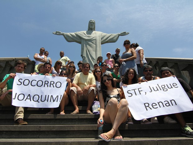 Manifestantes pedem socorro ao presidente do STF (Foto: Cristina Indio do Brasil/G1)