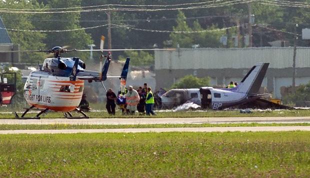 [Internacional] Pequeno avião cai durante o pouso em Wisconsin, nos EUA Air-show-crash-landin_fran