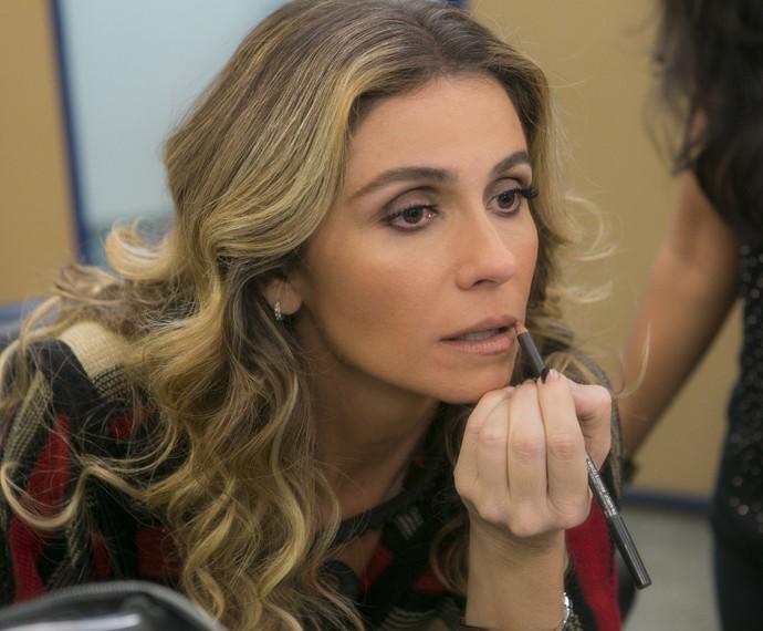 Para finalizar Giovanna passa um lápis de boca (Foto: Inácio Moraes/ Gshow)