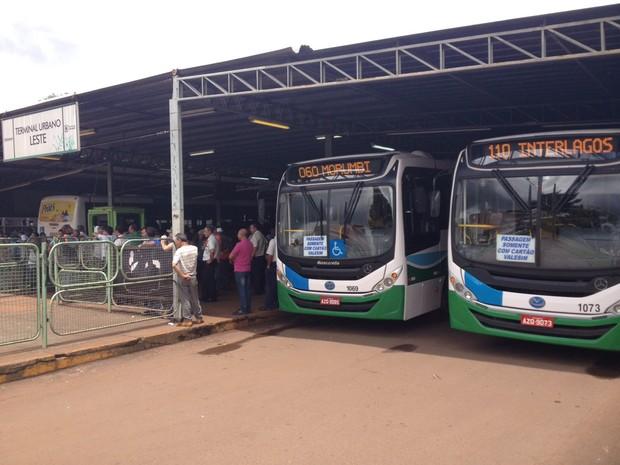 Pela manhã, ônibus do transporte público de Cascavel foram impedidos de sair dos terminais pelos grevistas (Foto: Fernando Lopes / RPC)