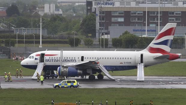Avião após pouso de emergência nesta sexta-feira (24) em Heathrow (Foto: AP)