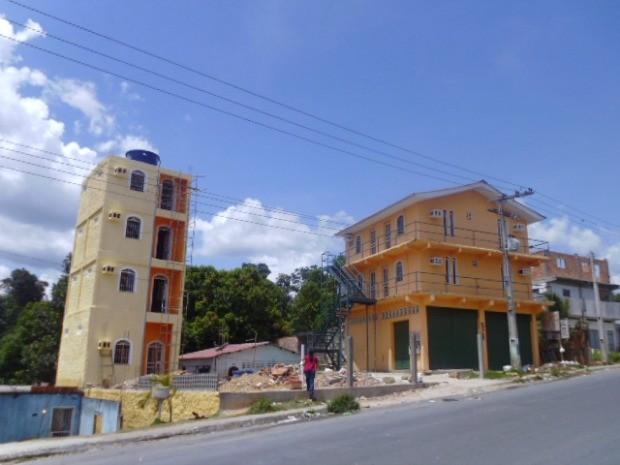 À esquerda, prédio localizado no bairro Monte das Oliveiras (Foto: Implurb/Divulgação)