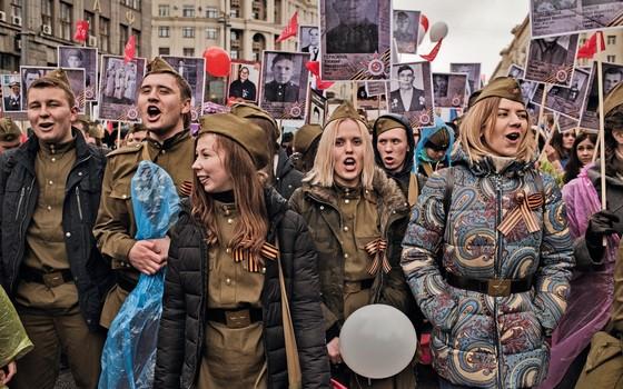Todos os anos, jovens participam da parada de 9 de maio, dia da vitória sobre os nazistas, na Segunda Guerra Mundial (Foto: Yuri Kozyrev / NOOR)