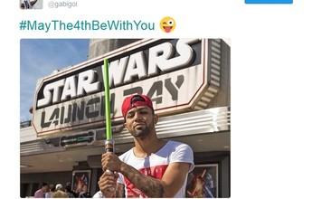 """Fã da série, Gabriel posa com sabre de luz e homenageia """"Dia Star Wars"""""""