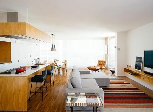 cozinha-sala-de-tv-tapete-sofa-bancada (Foto: Pedro Kok/Divulgação)