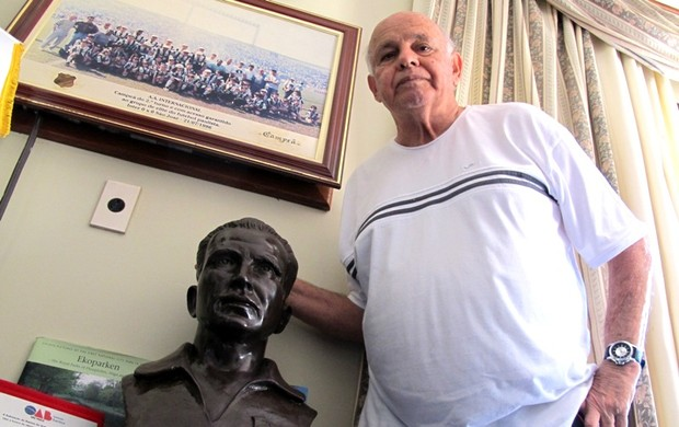 Pepe com busto, Santos (Foto: Lincoln Chaves)