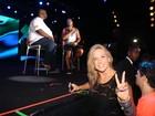Fã número um, Carla Perez curte show do marido no gargarejo