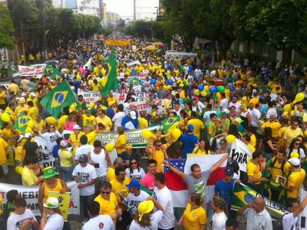 Manifestantes lotam Avenida Eduardo Ribeiro no Centro de Manaus (Foto: Marcos Dantas/G1 AM)