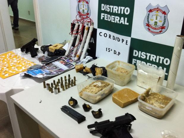 Drogas, armas, munições e dinamites apreendidos pela operação Pente Fino, da Polícia Civil do DF, em Ceilândia, nesta quinta-feira (21) (Foto: Divulgação)