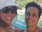 Sem camisa, Thammy curte feriadão com a namorada e amigos em barco