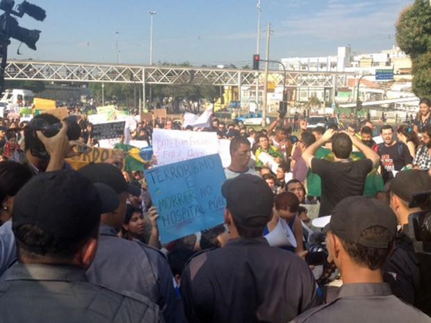 Polícia faz cordão de isolamento perto da Estação São Cristóvão e só deixa passar quem tem ingresso (Foto: Luis Bulcão/G1)