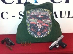 Colete e armas apreendidos com suspeitos de assassinato de PMs (Foto: Roney Domingos/G1)