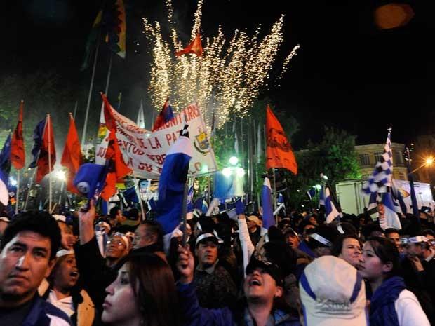 Fogos de artifício festejam vitória de Evo Morales na Bolívia. (Foto: Jorge Bernal / AFP Photo)