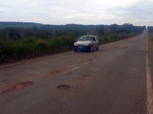 Motoristas reclamam de buracos na BR-352 Abaeté e Pará de Minas (Foto: Arquivo Pessoal/ Fabíola de Paula)