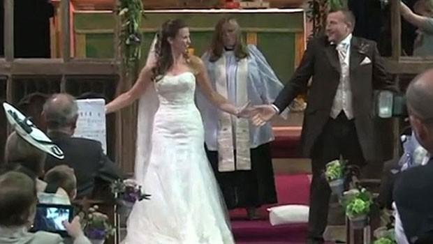 Dança e música pop transfomaram casamento na Inglaterra  (Foto: BBC)