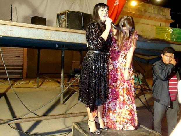 Mara e Grace encerram apresentação em cima de uma caixa de som (Foto: Baladeiro Vip)