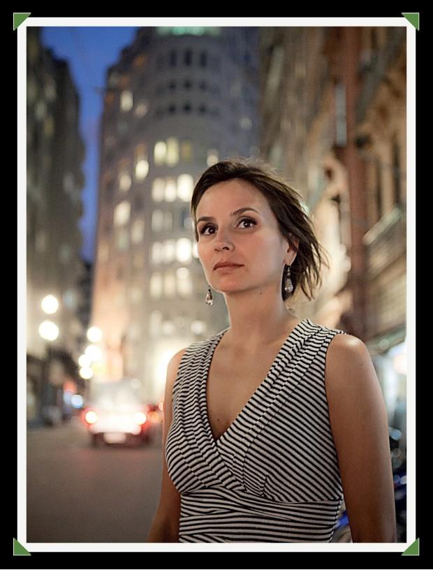 EM FAMÍLIA A atriz e cineasta Petra Costa, em São Paulo. Ela escreveu, dirigiu e atuou no documentário  Elena, que conta a história de sua irmã (Foto: Lucas Lima/Folhapress)