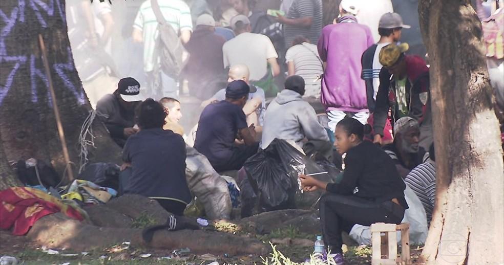 Usuários de crack se reúnem na Cracolândia, em São Paulo (Foto: Reprodução / TV Globo )