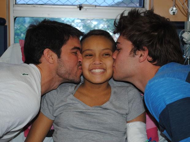 Sortuda, Bruna ganha beijo do tricolor Lucas e do botafoguense Bernardo (Foto: Malhação / Tv Globo)