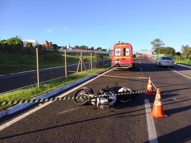Homem morre atropelado por moto na BR-491, em São Sebastião do Paraíso (MG) (Foto: Corpo de Bombeiros)