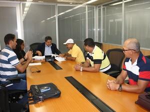Gerente-executivo do INSS e  presidente da Federação dos Pescadores de Alagoas participaram da ocasião  (Foto: Ascom/INSS)