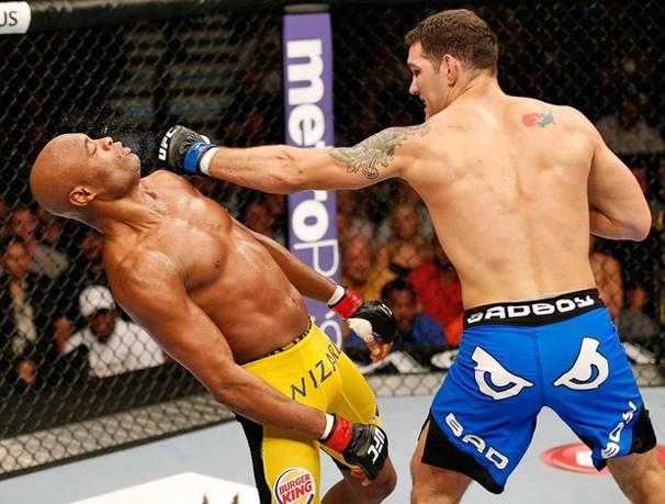 Anderson Silva é atingido pela esquerda de Chris Weidman e é nocauteado no UFC 162 (Foto: Getty Images)
