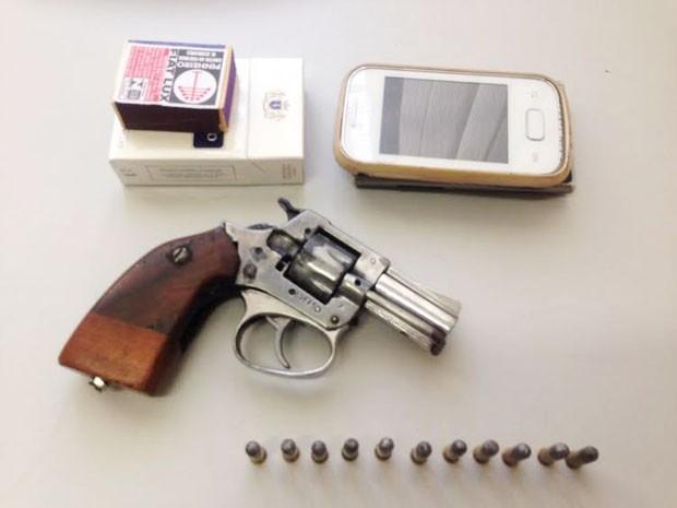 Arma estava carregada com 15 cartuchos; outros objetos foram apreendidos (Foto: Carolina Mescoloti/G1)