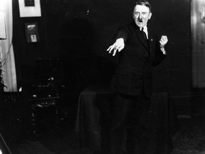 Fotos mostram Hitler 'ensaiando' discursos na prisão em 1925 (Foto: Heinrich Hoffmann/Keystone Features/Getty Images)
