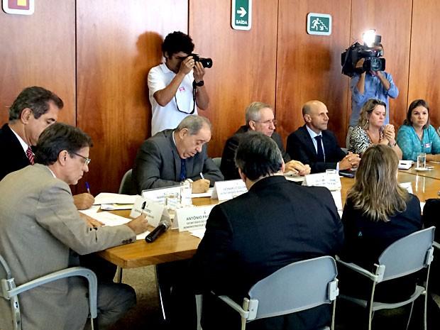 Representantes do GDF e de sindicatos da Saúde durante reunião para discutir pagamentos de benefícios atrasados (Foto: Luciana Amaral/)