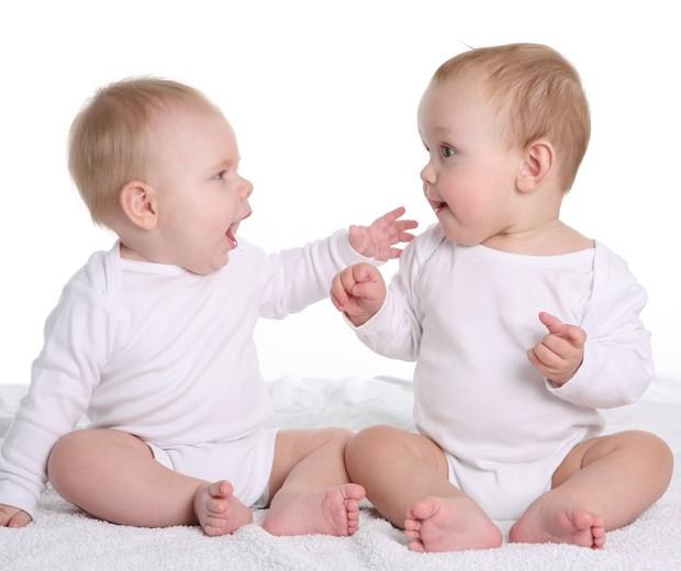 Resultado de imagem para ajuda entre dois bebes