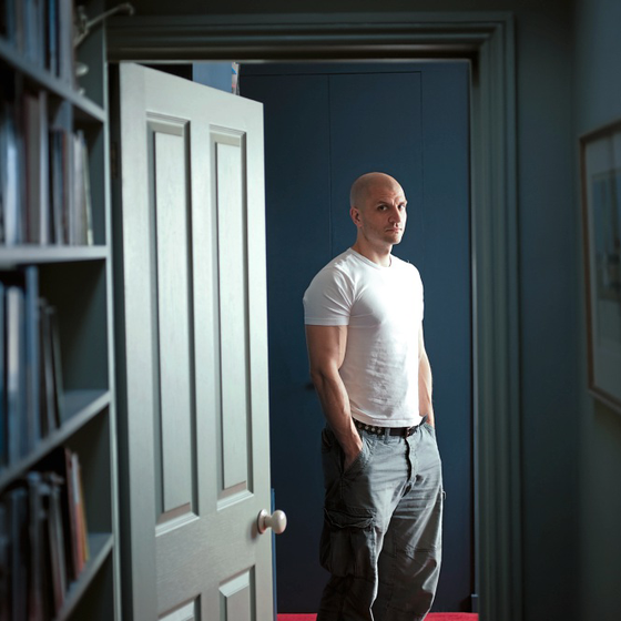 O escritor britânico China Miéville em sua casa em Londres. (Foto: Andrew Testa/The New York Times)