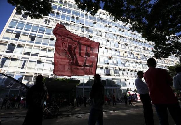 Bandeira da CUT em frente ao Ministério da Fazenda durante manifestação contra Reforma da Previdência (Foto: Marcelo Camargo/Agência Brasil)