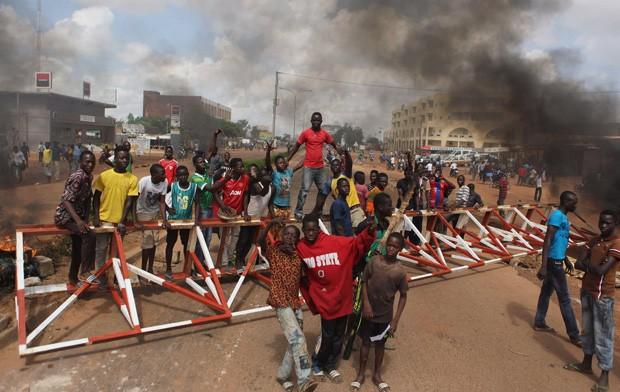 Manifestantes contra o golpe militar se reúnem perto de barricada em Ouagadougou, em Burkina Faso, neste sábado (19) (Foto: Joe Penney/Reuters)