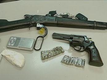 Um dos suspeitos tinha duas armas, em Petrolina (Foto: Reprodução / TV Grande Rio)