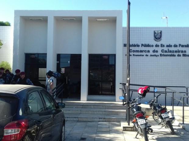 Prefeita de Monte Horebe foi presa e encaminhada para a sede do Ministério Público Estadual em Cajazeiras (Foto: Felipe Valentim / TV Paraíba)