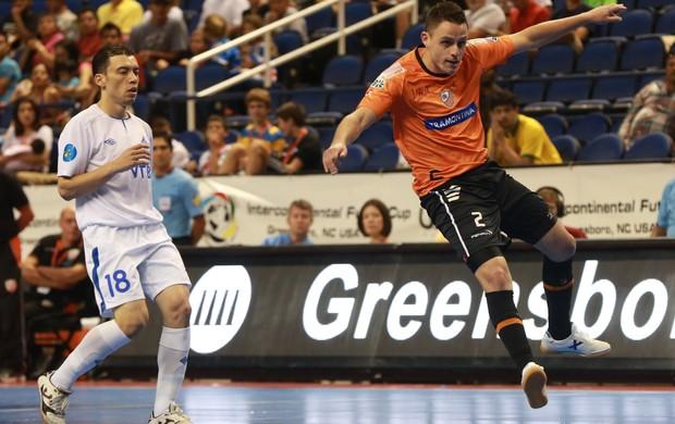 Fernandinho, destaque do Dínamo, em lance com Samuel, do Carlos Barbosa (Foto: Luiz Pires/VIPCOMM )
