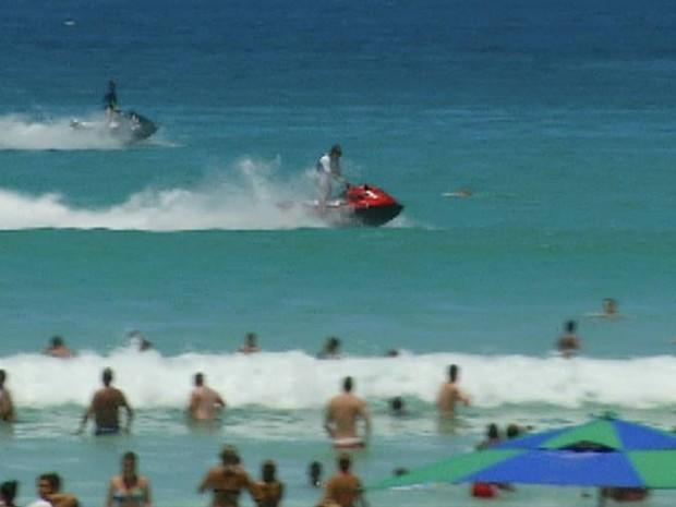 Motos aquáticas circulam próximas de banhistas (Foto: Reprodução/InterTV)