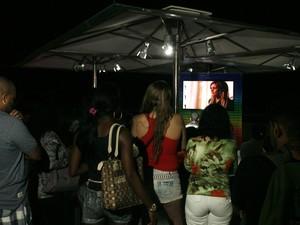 Espectadores assistem penúltimo capítulo de Avenida Brasil (Foto: Paulo Vitor / G1)